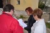 El jefe de obra ha mostrado los planos del proyecto a la delegada.