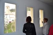 Remedios Moraleda enseña las vistas desde las plantas superiores del edificio.