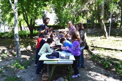 Alumnos y alumnas del CEIP trabajan en el compostaje.